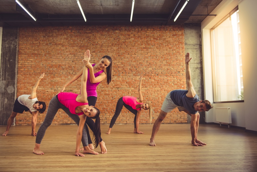people doing yoga 9AYF5DD 【プロダンサーから転身#02】ヨガクラス開講!たくさんの生徒さんに通い続けてもらうには?